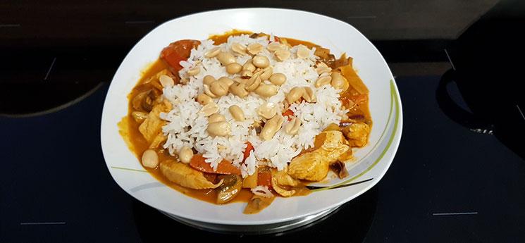 Curry-Hähnchen mit Reis und Erdnüssen